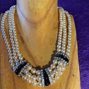 Pearl style necklace vintage bridgerton look.